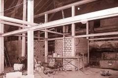 Aufbau-der-neuen-inneren-Tragkonstruktion-Holzstuetzen-und-Stahlprofiltraeger