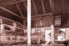 Ausgeraeumter-Mittelteil-des-Bauernhauses-waehrend-des-Umbaus