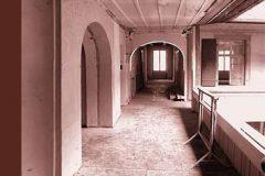 Laubengang-Innenhof-vor-Umbau-und-Sanierung